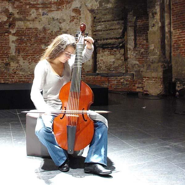 Sonia Arbouche jouant de la viole de gambe