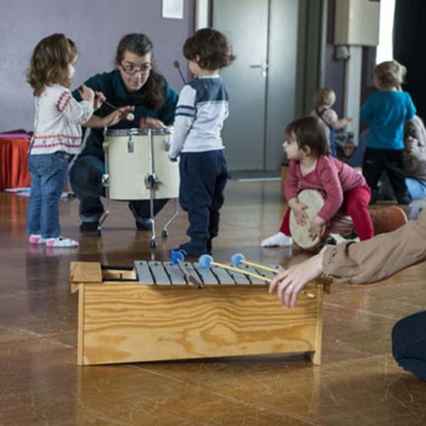 Eveil musical avec des enfants dans une école